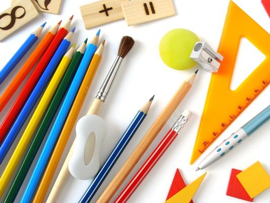 Chuẩn bị đồ dùng học tập cho bé trước năm học mới.